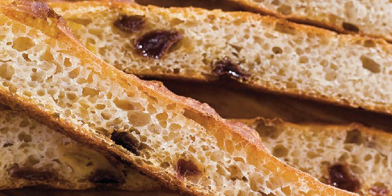 Focaccia med tørket frukt (langpannebrød) - Det er mange overraskende ingredienser i dette brødet. Oppskriften tilhører Marit Røttingsnes Westlie.