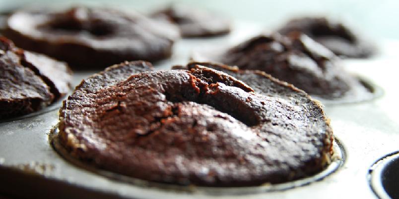 Sjokolademuffins - Sjokolademuffins er sjef - morgen og kveld. Her kommer en lettvint oppskrift på herlighetene.