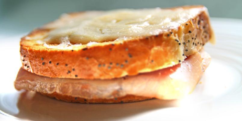 Croque monsieur - Dette er en av verdens mest populære sandwicher. Det finnes uttalige varianter, men dette er klassikeren. Noen liker å skjære bort skorpene.