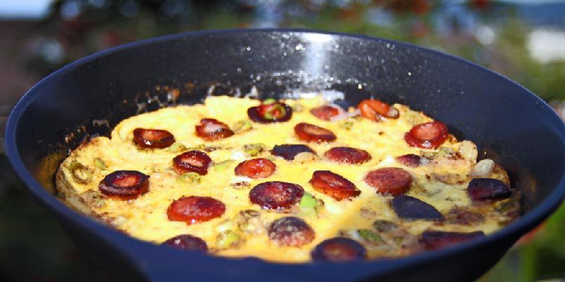 Fyldig omelett med pølse - Dette kan bli middagen din i dag!