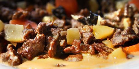 Finnbiff (reinsdyrgryte) - Denne gryta er laget på reinsdyrskav, det billigste kjøttet.