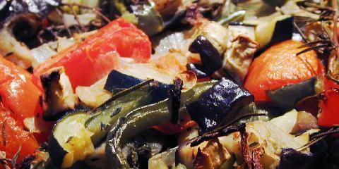 Ratatouille Confite au Four - Dette er Clotildes ovnsbakte variant av ratatouille. Den bakes i ovnen - og stekes ikke i panne. Slik holder grønnsakene bedre på teksturen og smakene.