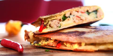 Quesadilla med kylling - Du vil bli forbløffet over hvor godt dette er. Det må prøves! Quesadillas lages med tortillas som stekes i panna.