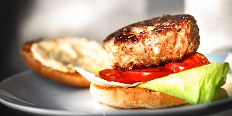 Hamburger med lammekjøtt - Denne hamburgeren har klasse. Og masse, masse hvitløk.