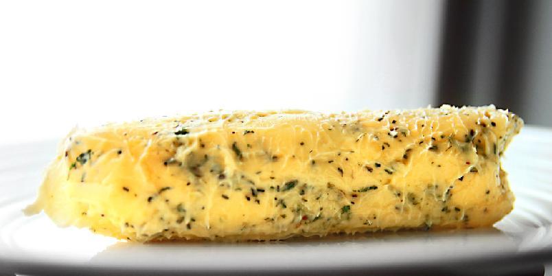 Sjuves kryddersmør - Originalen heter Beurre Maitre d'hotel og består av smør, persille og sitronsaft. Her er en annen variant.