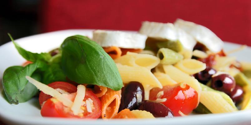 Pastasalat med god ost - Det skal ikke mye til å løfte en pastasalat ut av kjedelighetens rike.