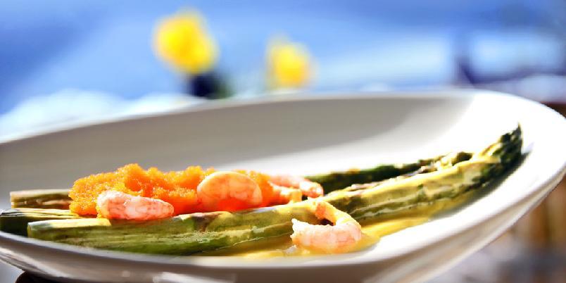 Asparges med reker - Du kan grille dem eller steke dem i panna. Og så må du ha god saus...