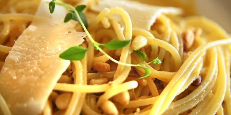 Sitronpasta med pinjekjerner - Så enkelt er det å lage pasta med mye, god smak.