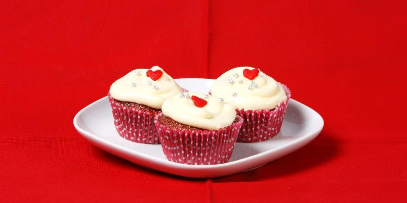 Red velvet cupcakes med ostekrem - Kanskje verdens beste, og i hvert fall mest berømte, cupcakes. Oppskriften er fra norske Chopcakes.