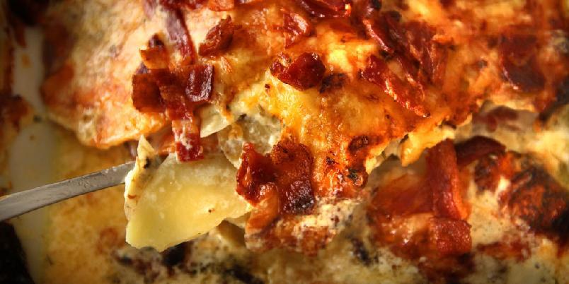 Fløtegratinerte poteter med bacon - Slik blir fløtegratinerte poteter litt bedre.