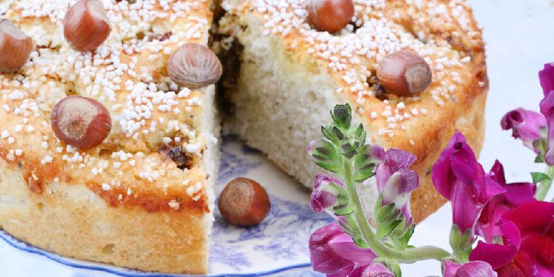 Glutenfri kake med nøtter og rosiner - Husk er finmalt frøskall av psyllium. Du finner det i helsekostforretninger. Det har vist seg at de geledannende fibrene i psyllium stort sett har de samme egenskaper som gluten i baking. Glutenfritt brød blir fort tørt, det lønner seg derfor å skjære kaken i mindre stykker og fryse den.