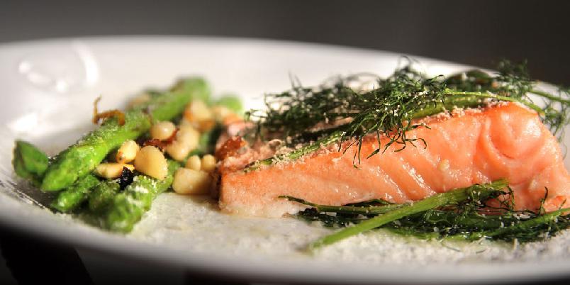 Ovnsbakt laks med dill og asparges - Det skal ikke mye til for å lage et godt måltid!