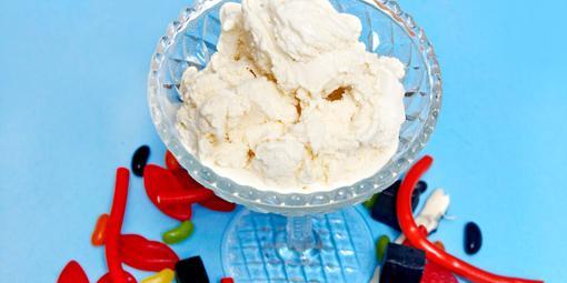 Hjemmelaget is - Vi serverer denne med barnas favorittgodteri, men bruk gjerne varme bær i stedet.