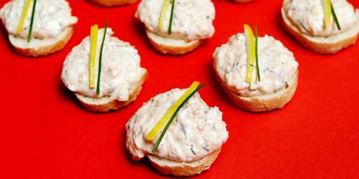 Laksemousse - Myk mousse av fisk på små, sprøe skiver av bagett.