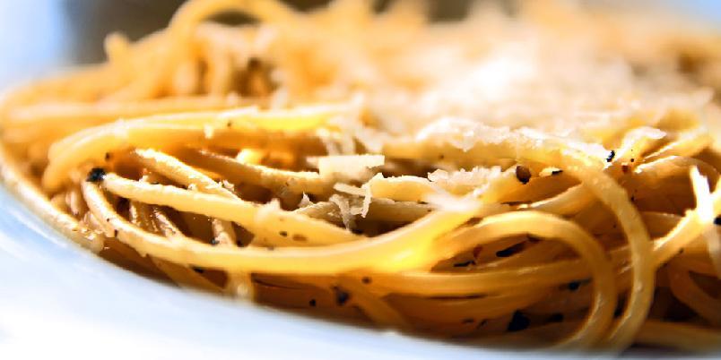 Spagetti med pepper - En klassiker ved navn cacio e pepe kan få en renessanse med denne billige, enkle og gode pastaretten.
