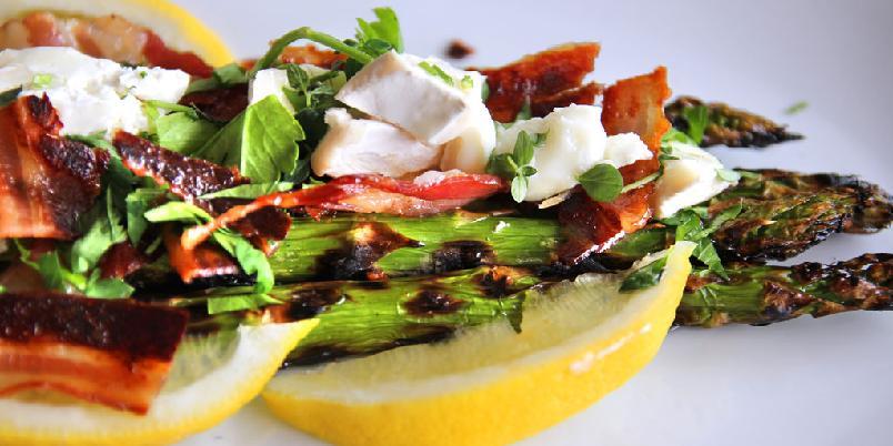 Asparges med bacon og chèvre - Så enkelt og så godt kan tilbehøret til grillmaten være.