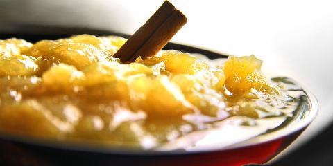 Rabarbrasyltetøy - Her er oppskriften på klassisk rabarbrasyltetøy. Med kanel og sukker.
