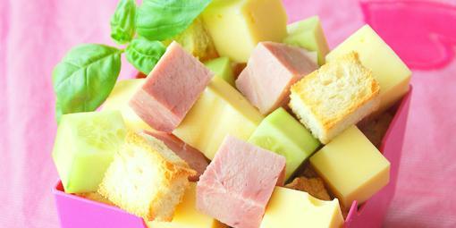 Matpakkesalat med skinke - Det er morsomt for barna når matpakken kan spises som små terninger.