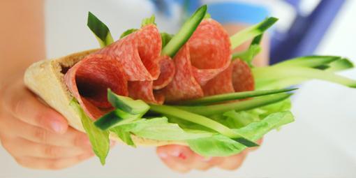 Pitabrød med salami - Pitabrød med favorittpålegget er en garantert suksess i matboksen.