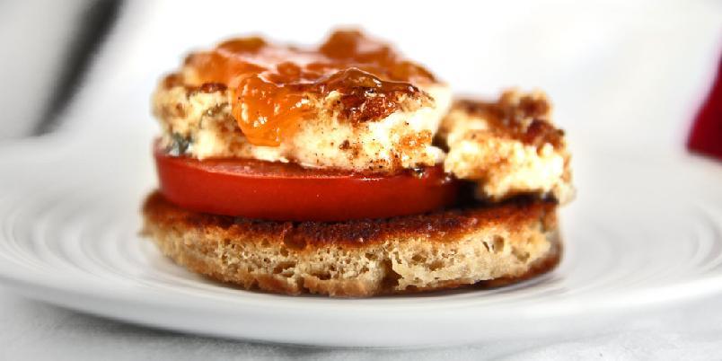 Snacks med chevre - En herlig liten snack med chevre og tomat du kan kose deg med.