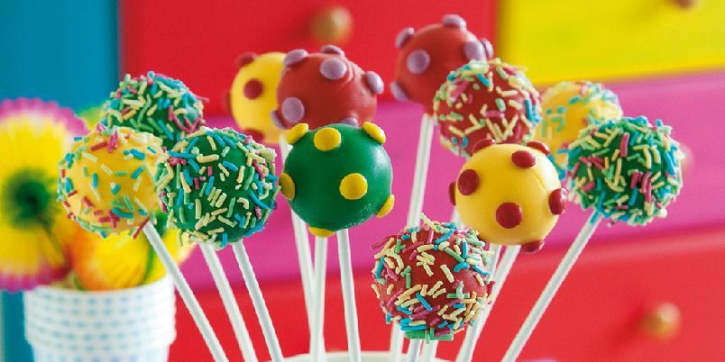 Gule, grønne og røde cakepops - Gule, grønne og røde cakepops med sjokoladedråper og kakekrymmel.