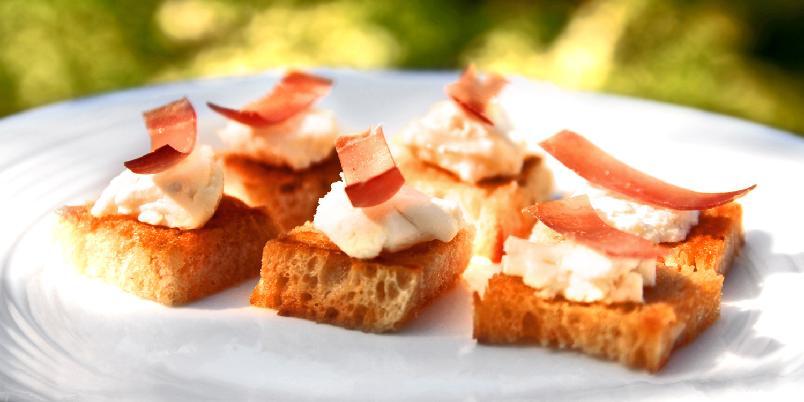 Snacks med chevre og spekeskinke - En liten snacks? Dette er enkelt og veldig digg...