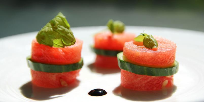 Friske melonbiter med mynte - En enkel snacks med melon og agurk.