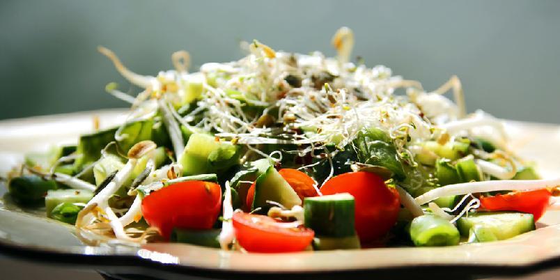 Salat med spirer - Denne sprø salaten er god som et mellommåltid eller som tilbehør til fisk.