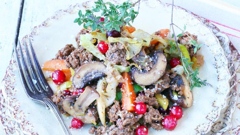 Nordisk viltwok - Einebær, timian, kål og sopp er velsmakende ingredienser i denne woken. Potetmos, gjerne smakt til med revet ost, er godt til.