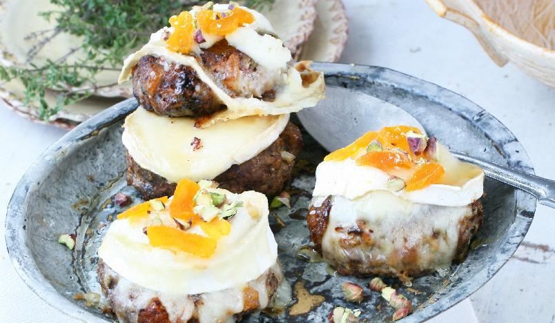 Chèvregratinerte kjøttkaker - Aller best blir disse kjøttkakene om du bruker kvernet lammekjøtt, men vanlig kjøttdeig går også bra. Norsk chèvre, hvit geitost, passer godt til dette.