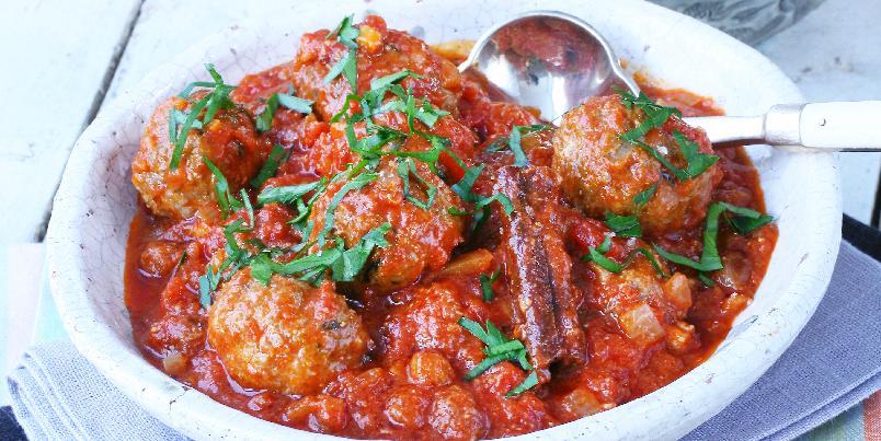 Kjøttboller fra Marokko - Deilig krydrede kjøttboller som kokes rett i den kraftige tomatsausen med kanel og rosiner. Bulgur eller couscous passer til, eller våre hjemlige byggryn.