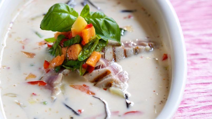 Thaikokossuppe med fisk og salat - En frisk, god og varmende thaisuppe. Den tar ca. 45 minutter å lage, men vanskelig er den ikke. Lag eventuelt en stor porsjon og frys ned litt til senere bruk.
