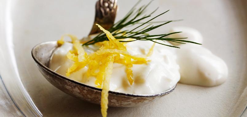 Sitronsaus med vårløk -