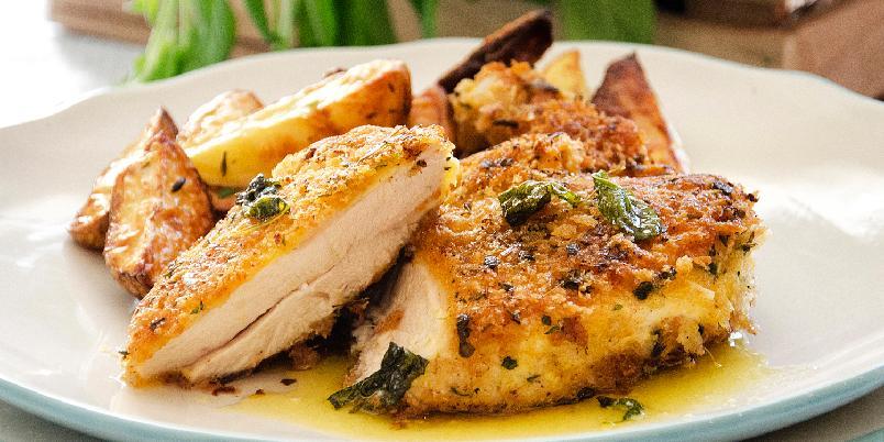 Kyllingsnitsel med salviesmør - Kyllingsnitsel er altså kylling som paneres med griljermel. Det kjøper du gjerne ferdig i butikken.