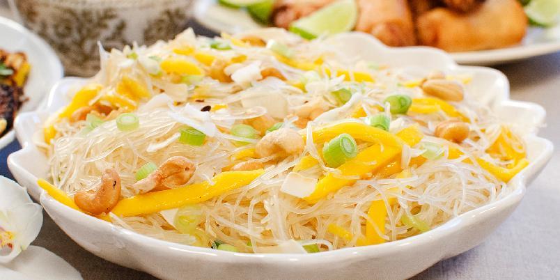 Mangosalat med glassnudler - Synes du mango er trøblete å skrelle og dele opp? Med denne fremgangsmåten får du perfekte mangostrimler! Denne salaten er forfriskende syrlig i smaken og smaker akkurat like godt dag nummer 2. Og den er dessuten særs enkel å lage i både dobbel og trippe porsjon.