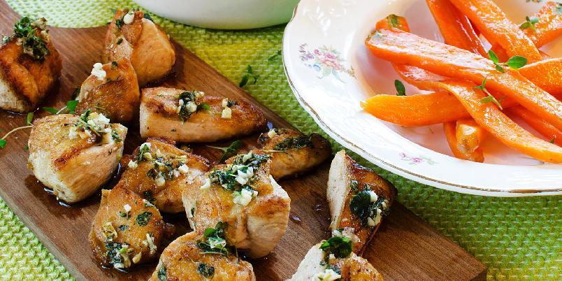 Kyllingterninger med smørdampet gulrot og rotmos -