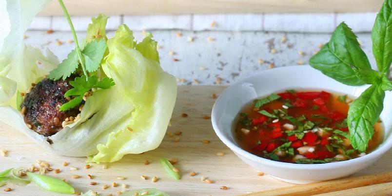 Asiatiske kjøttboller i salatblad -