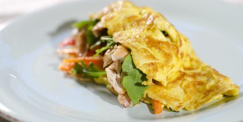 Fylt omelett med kylling og gulrot -