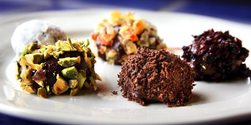 Sjokoladetrøfler med ulike dryss - Det er enkelt å lage sjokoladetrøfler.