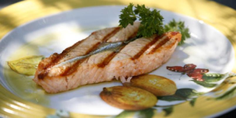 Grillet laksefilet med olivenolje og sitron - Dette er Bent Stiansens fantastiske oppskrift på grillet laks. Enkelt og perfekt!