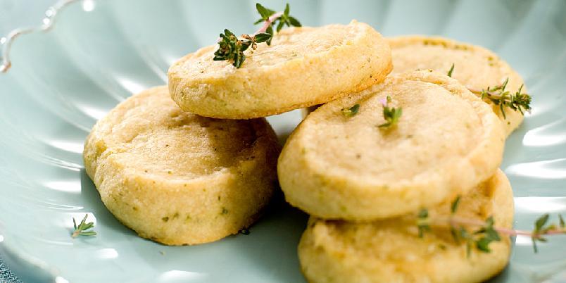 Ostekjeks med timian - Disse herlige små kjeksene er supre å servere til både supper og spekemat!