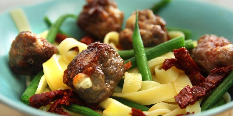 Pasta med kjøttboller - En enkel pastarett som redder hverdagene.
