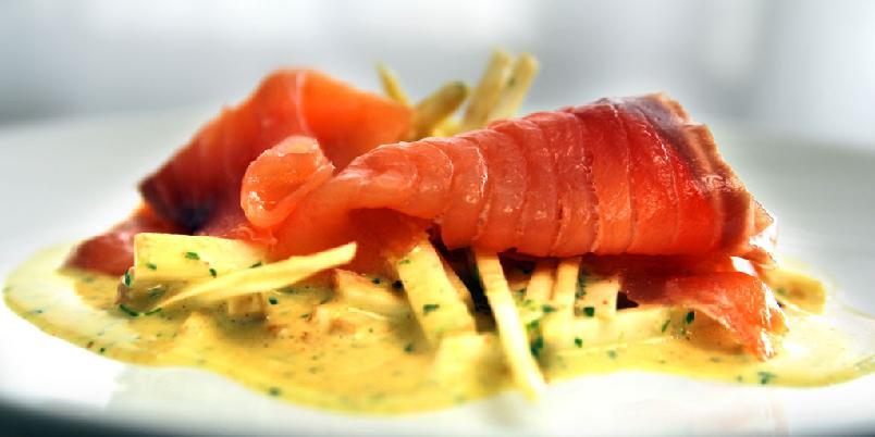 Sellerirotremulade med røkt laks - Middag med fisk på 20 minutter? Ikke noe problem.