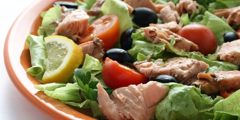 Salat med varmrøkt laks, frukt og pepperkremet dressing - Den nye salaten inneholder frukt og nøtter.