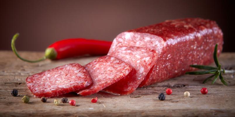Italiensk kjøttbrød - Server kjøttbrødet på et fat med tomatsaus. Tilbehør: makaroni med frisk dill.