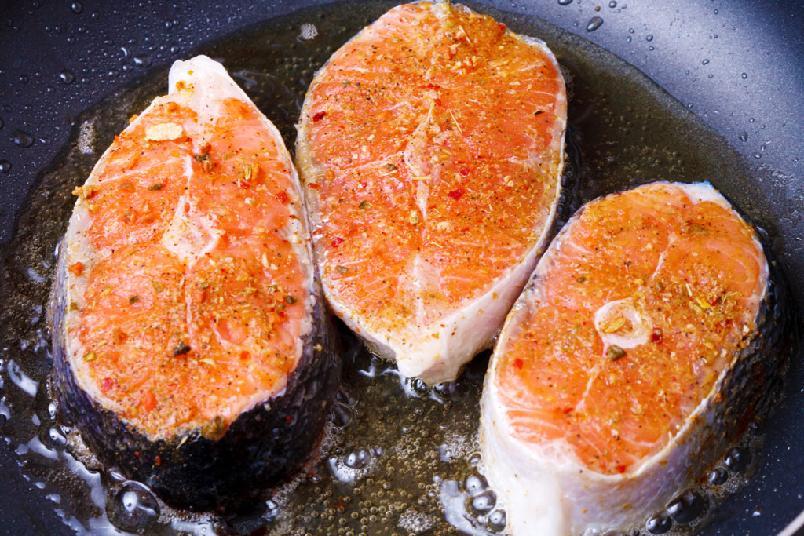 Laks à l'unilatéral - Med denne metoden får du sprøtt skinn, og en helt spesiell opplevelse hvor fisken går fra gjennomstekt til nesten rå. Husk å skrape fisken for skjell om det er behov for det.