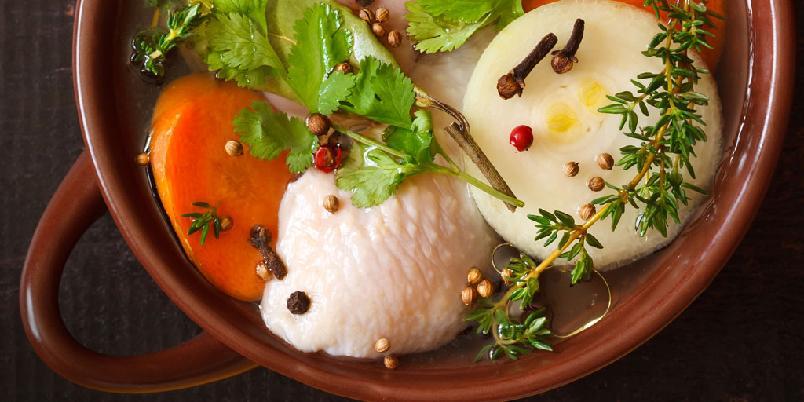 Fiskekraft - Dette er den forseggjorte varianten. Det går fint an å bare syde fiskebeina i vann sammen med for eksempel løk, selleristang, hvit pepper og bladpersillestilker i en enklere versjon.