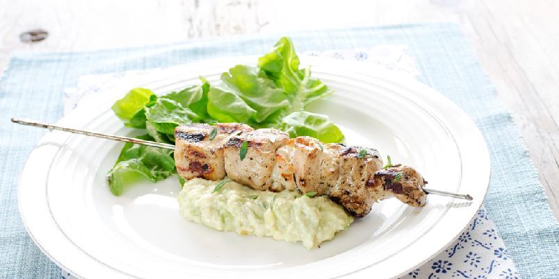 Kyllingspyd på grillen - Saftige kyllingspyd og kremet guacamole er perfekt match!