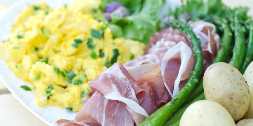 Sommertallerken med eggerøre og spekeskinke - Dette er den perfekte sommermiddagen på late dager!