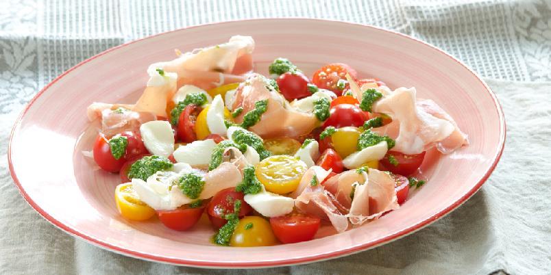 Mozzarellasalat med spekeskinke og pesto - Lukk øynene og drøm deg til Italia!